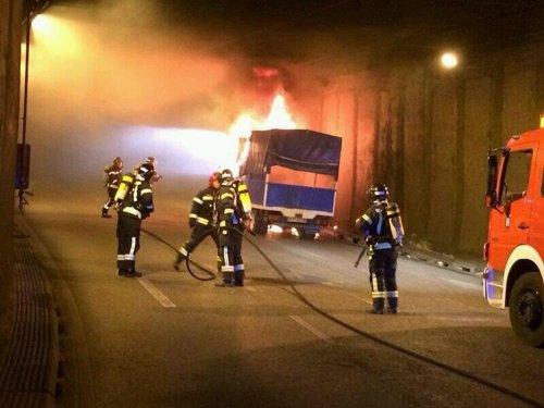 Los bomberos extinguen el fuego en el camión