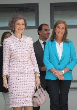 La ministra Ana Mato junto a la Reina Sofía
