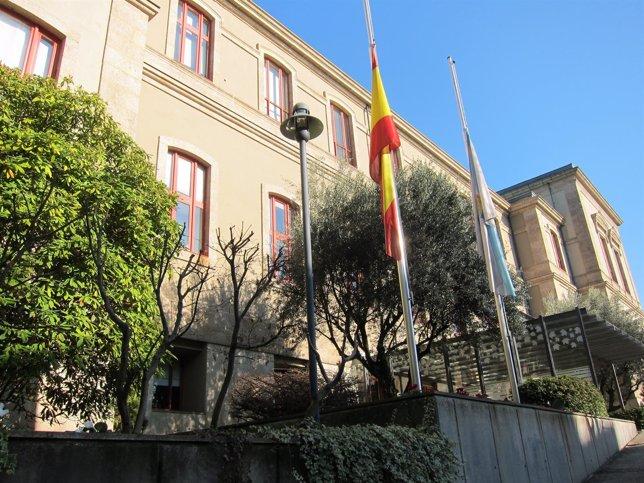 Banderas A Media Asta En El Parlamento De Galicia.