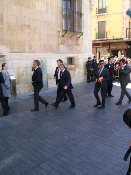 El alcalde de León acompañado de toda la corporación municipal accede a la capilla ardiente de Isabel Carrasco