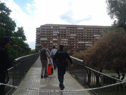 Acordonan la zona de la pasarela donde tirotearon a Isabel Carrasco para iniciar la búsqueda del arma en el río