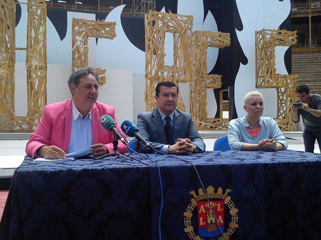 Andrés Llorens, en el centro, durante la presentación de la Gala de Fogueres