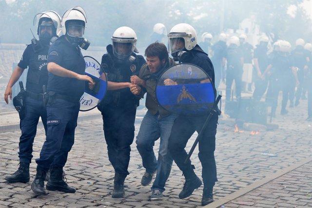 Manifestante detenido en protestas en Ankara tras accidente en mina de Soma