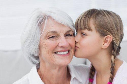 Canas, pelo blanco, abuela, beso, nieta