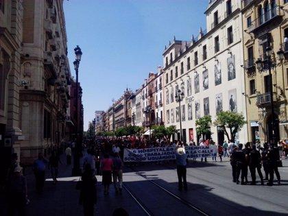 Trabajadores de hospitales Pascual se manifiestan por el centro de Sevilla para exigir 4 años de concierto