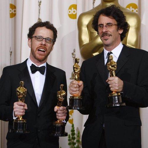 Los hermanos Coen posan con sus Oscar por 'No es país para viejos'
