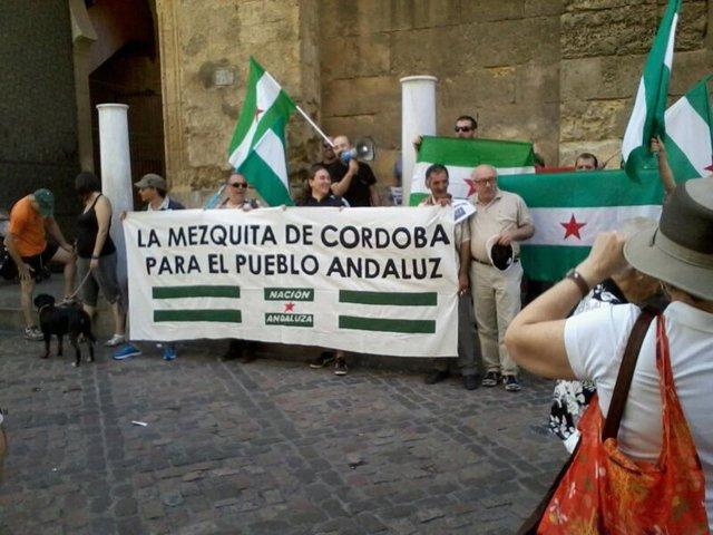 Concentración de 'Nación Andaluza' ante la Mezquita de Córdoba
