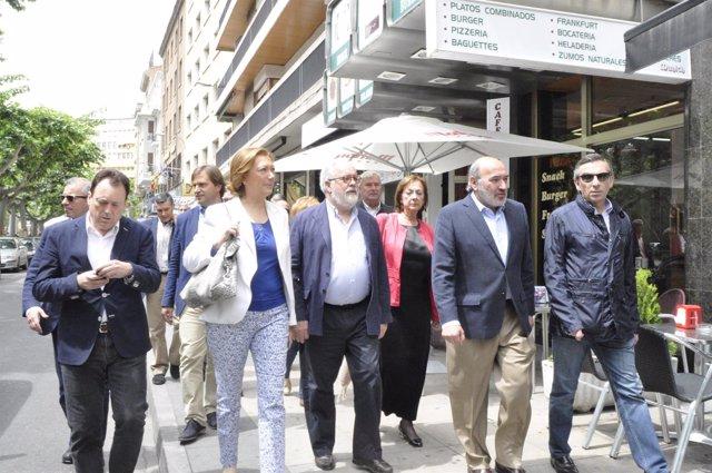 Cañete, junto a otros miembros del PP dando un paseo
