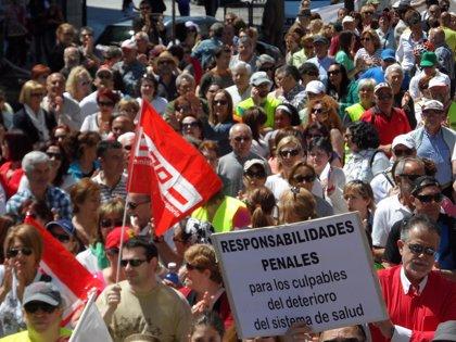 """Unas 300 personas participan en las tres marchas a pie contra el """"desmantelamiento"""" del Hospital de Laredo"""