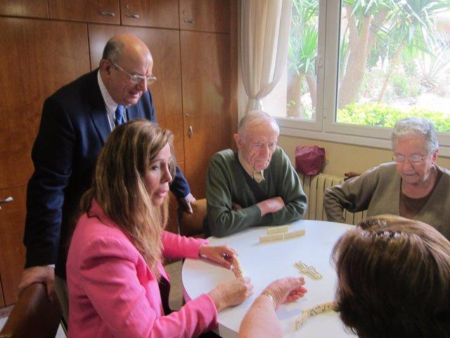 A.S.Camacho y S.Fisas (PP) visitan un geriátrico, en campaña electoral