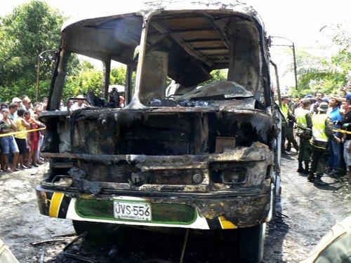 Autobús incendiado en Magdalena, Colombia, con 31 niños muertos