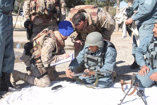 Guardias civiles instruyen a la Policía afgana
