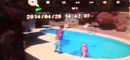 Un padre arroja a su hija de dos años a una piscina