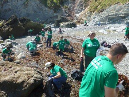 Voluntarios ambientales recogen casi una tonelada de residuos en la playa de El Túnel de Laredo