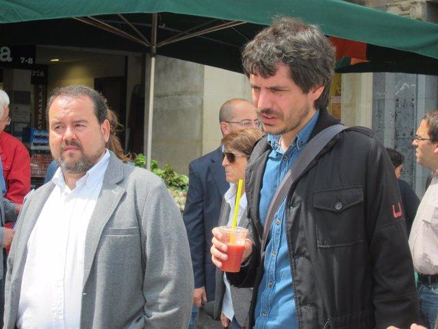 El candidato de ICV-EUiA E.Urtasun junto a J.Mena