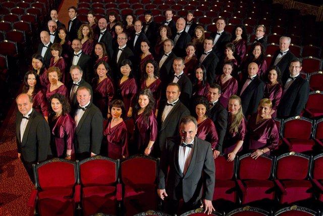 Foto de familia del coro y la orquesta del Gran Teatre del Liceu