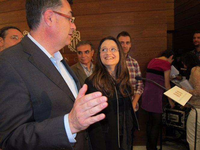Mònica Oltra atiende a los medios en los pasillos de las Corts