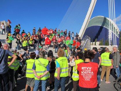 Distintos colectivos protestan cerca del Ágora de Valenciano ante el mitin del PP con Rajoy y Cañete
