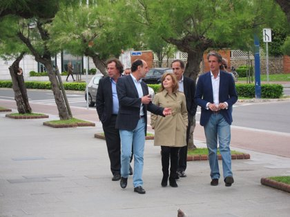 CANTABRIA.-25M.- Sáenz de Santamaría pasea por Santander antes del mitin y recibe el saludo de vecinos y turistas