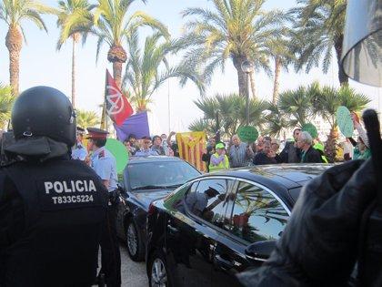 Manifestantes atacan el coche de Montoro tras un mitin