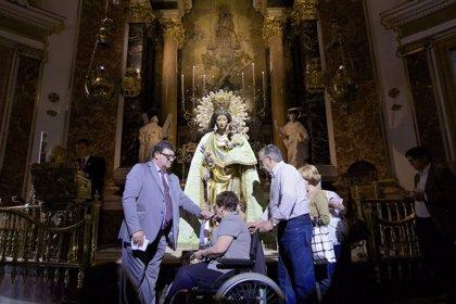Más de 22.000 personas visitan a la Virgen de los Desamparados en las primeras 12 horas del Besamanos