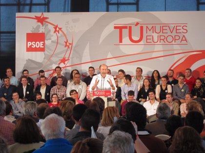 """Rubalcaba dice que el PP está """"mandando un mensaje"""" a las mujeres de que se """"acabó la fiesta de la emancipación"""""""