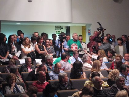 """AMP-.Un activista de la PAH interrumpe un acto de Sáenz de Santamaría para criticar el """"saqueo"""" de los bancos"""