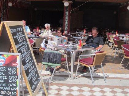 CANTABRIA.-Sucesos.- Denunciado un establecimiento hostelero por colocar en la acera sin licencia 64 mesas y 256 sillas