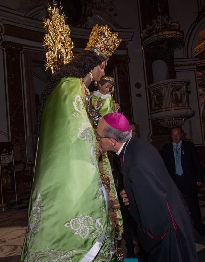 El besamanos a la Virgen congrega a más de 30.000 personas