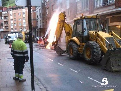 Bomberos de Asturias controlan una fuga de gas en Mieres