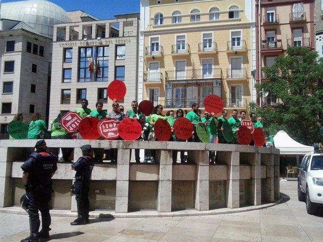 La PAH se concentra ante el PP de Lleida