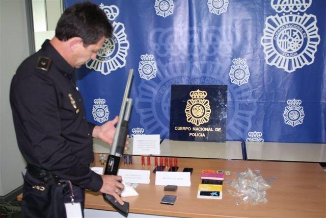 Un agente sostiene la escopeta que tenía la pareja francesa detenida