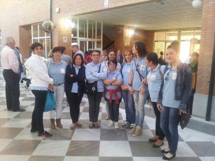 """""""Encierro"""" en la Delegación de Educación por demora en las ayudas de un taller de empleo de Villanueva del Río"""