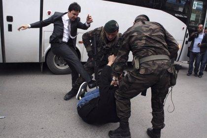 Destituido el asesor de Erdogan que agredió a un manifestante tras el accidente de la mina de Soma