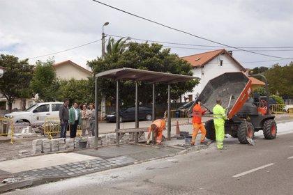 Desempleados contratados por el Ayuntamiento realizan obras en el entorno de las Escuelas de Igollo