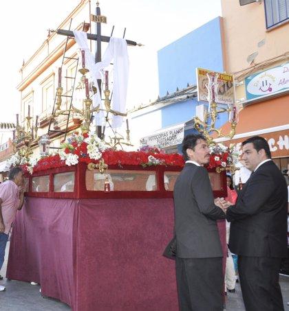 Una treintena de niños costaleros sacan la Cruz de Mayo de la Vera Cruz por las calles de Tomares