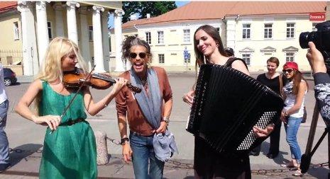 Steven Tyler en las calles de Lituania