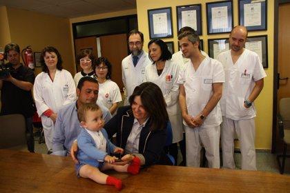 """CMancha-En """"perfecto estado"""" el bebé operado hace 10 meses en La Mancha Centro mientras seguía unido al cordón umbilical"""