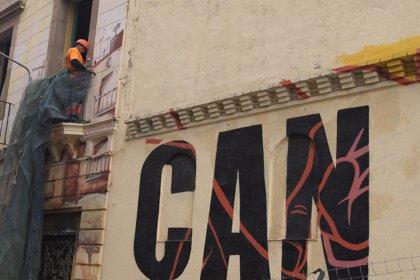 Manifestantes queman la excavadora que se utiliza en el derribo del centro 'okupado' Can Vies de Barcelona