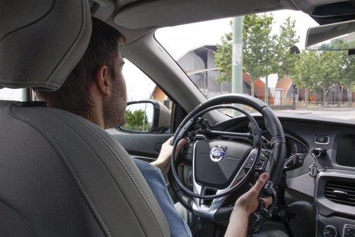Parapléjico conduciendo con guante vía satélite