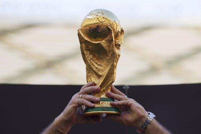Rivelino jugador brasileño del equipo de 1970 sostiene la Copa del Mundo