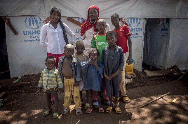 Ramatou y sus siete hijos posan frente a su refugi