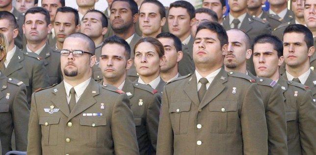 Militares con uniforme de paseo en Madrid