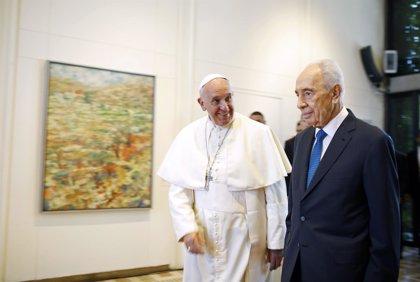 Peres y Abbas rezarán juntos por la paz el 8 de junio en el Vaticano