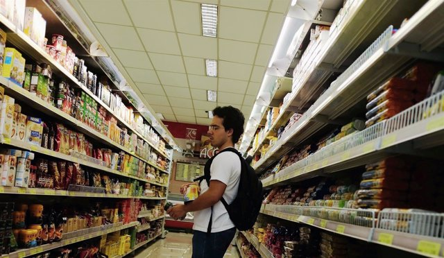 (Inflación/PIB) Consumidor En Un Supermercado De Sao Paulo, Brasil
