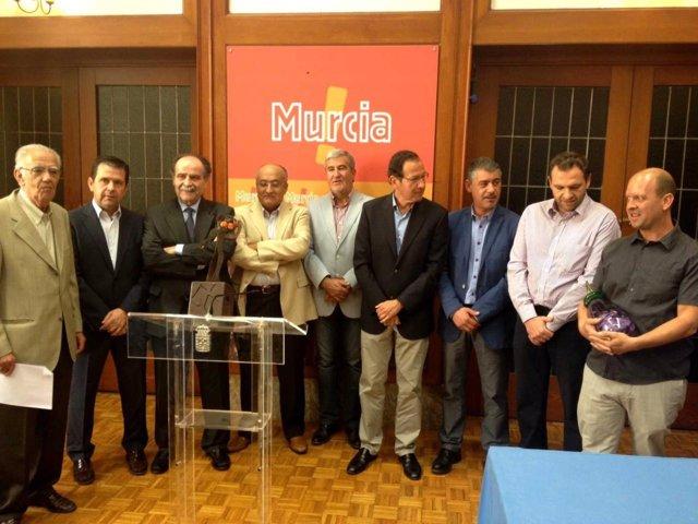 El alcalde Miguel Ángel Cámara presenta el 'Monumento al Agricultor'