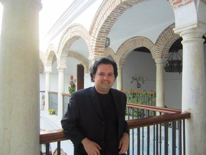 El malagueño Enrique Ballesteros presenta su novela 'Los signos del 8'