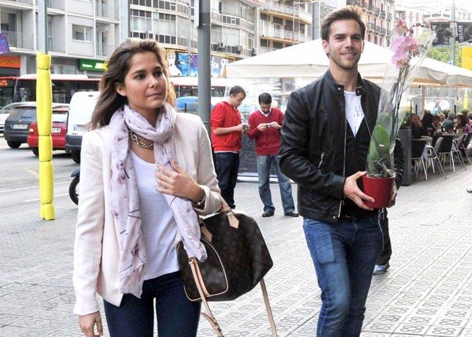 Marc Clotet y Natalia Sánchez juntos y cómplices arropando al padre del actor