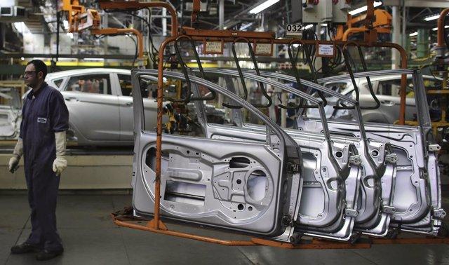 Imagen de archivo de un trabajador de la planta Ford en la línea de ensamblaje d