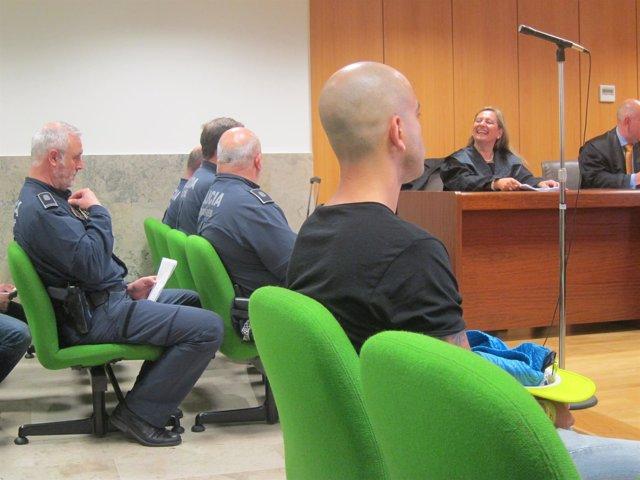 El joven condenado y los policías denunciantes en el juicio